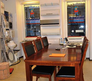 wnętrze sklepu biernat z dużym drewnianym stołem